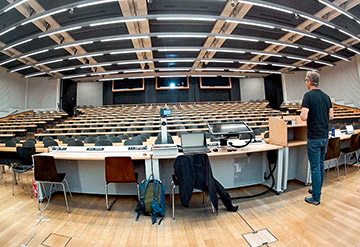Ghost Lecture at UZH: Sociology Professor Jörg Rössel speaks to empty seats.
